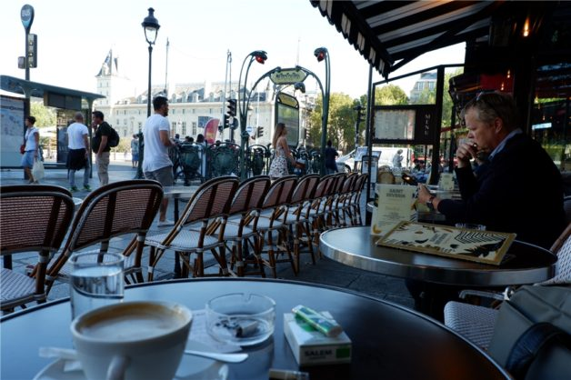 パリの街角ーサンミッシェルノートルダム駅近くのカフェ