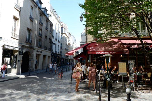 パリの街角ーマレ地区のカフェ